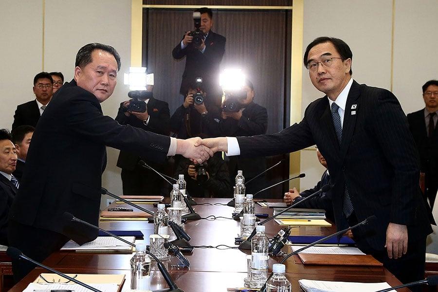 南韓周六(3月24日)說,北韓已接受南韓提議,於3月29日在板門店的停戰村舉行兩韓高級別會談。北韓代表團由李善權領隊,南韓則由趙明均率領。圖為兩人在1月9日出席兩韓兩年來首次官方會談。(Korea Pool/Getty Images)