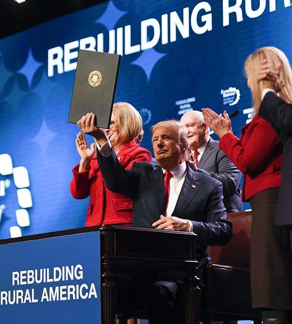 特朗普表示,農民是美國的未來,而剛簽署的稅改法案將造福於美國農業和農場主,他還要為美國鄉村地區接入高速寬頻網絡。(AFP PHOTO/JIM WATSON)