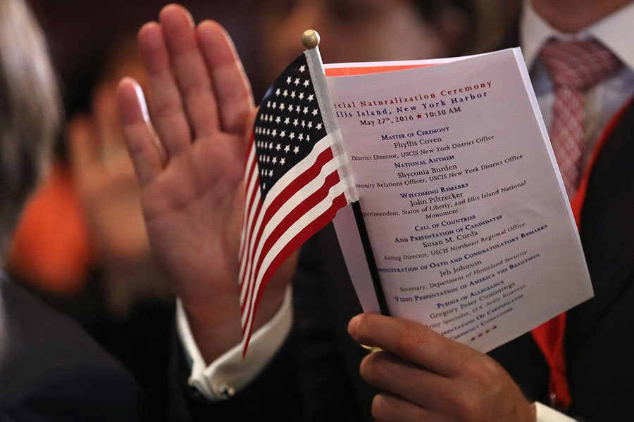 美媒報道,在商界和科技界的巨大壓力下,美國移民局周一澄清,並未考慮限縮H-1B非移民工作簽證延期的計劃。(John Moore/Getty Images)