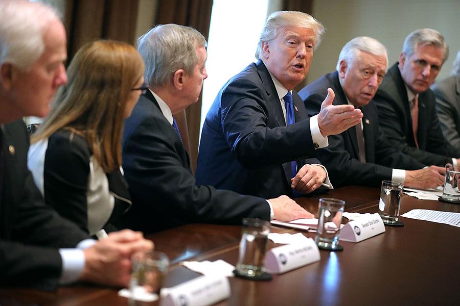周二,美國總統特朗普在白宮表示,他希望兩黨國會議員能協調解決DACA問題,並提出「愛心法案」(bill of love),同時堅持修築邊界牆及取消鏈式移民與綠卡抽籤,應併入DACA協議。(Chip Somodevilla/Getty Images)