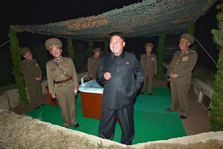 北韓民眾批評說,該國領導人金正恩公開抽煙,成了人們的壞榜樣。圖為2014年7月26日,金正恩視察火箭發射演習時,手上拿著香煙。(KNS/KCNA/AFP)