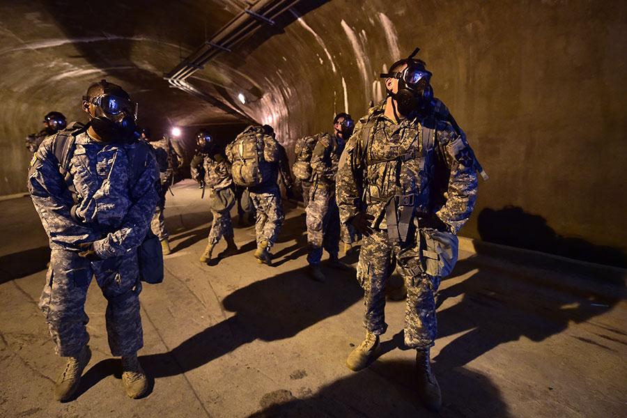 為因應北韓數以千計的地道和地堡,美軍正在對數千名士兵進行地道作戰訓練。圖為2015年7月8日,駐韓美軍士兵在首爾以北一處基地的地道中進行訓練。(UNG YEON-JE/AFP)