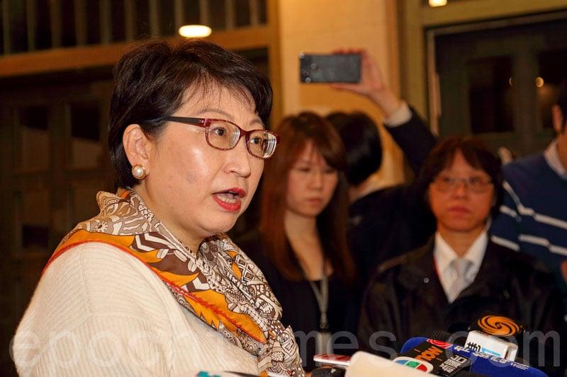 鄭若驊多次被追問會否辭職,她表明不會辭職。(李逸/大紀元)