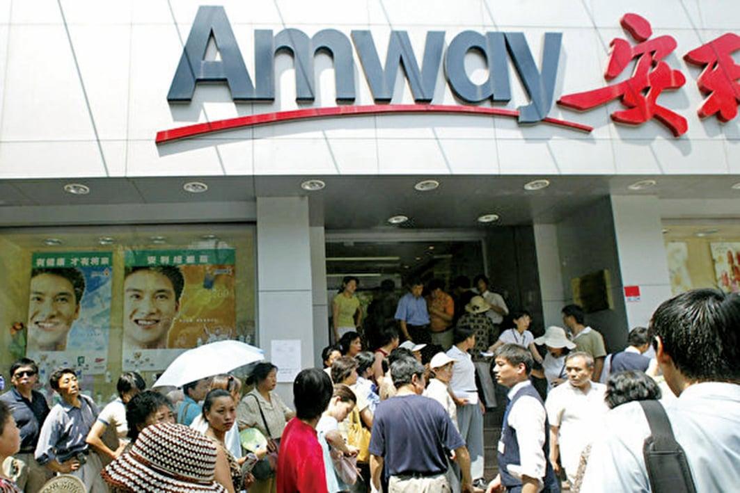 分銷商在安利公司前排隊。(Getty Images)