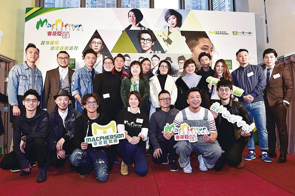 馮穎琪(後排右六)率旗下12名歌手同台(郭威利/大紀元)