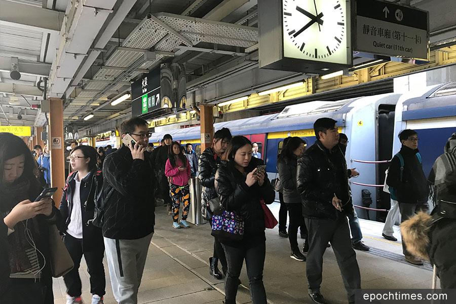 港鐵東鐵綫於今日(11日)上午9時15分許發生訊號故障,全綫列車服務暫。圖為火炭站乘客離開車站的情況。(林怡/大紀元)