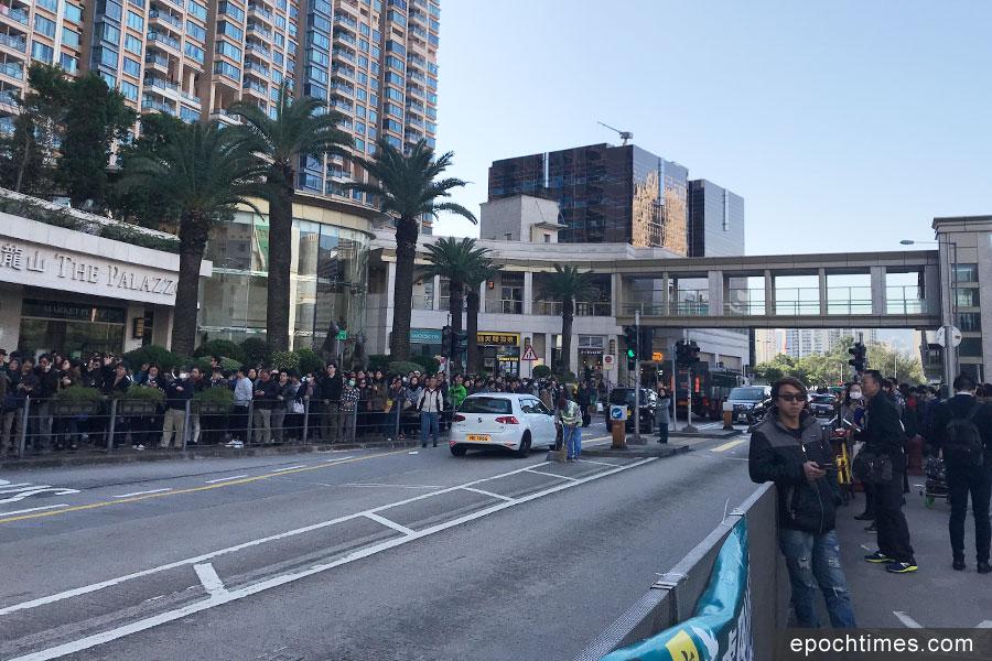 上午9時54分許,大批乘客在火炭站外等候接駁巴士。(林怡/大紀元)