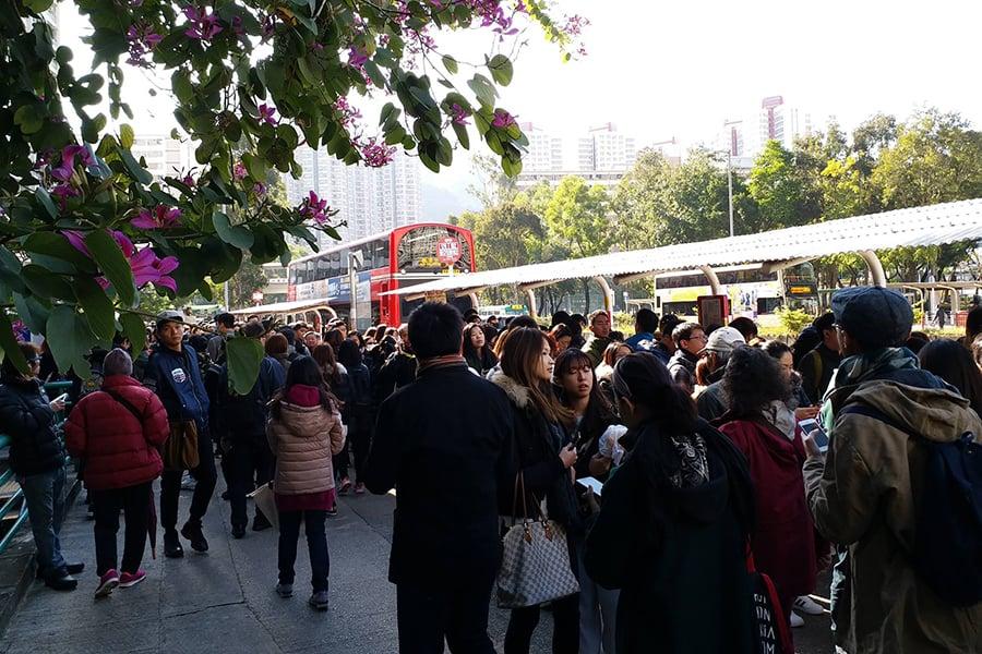 上午9時51分,大圍站外的新翠邨巴士站,排隊等候巴士的人數眾多,目擊者稱有幾百人等巴士出九龍。(Man Lai Kilo West/香港突發事故報料區)