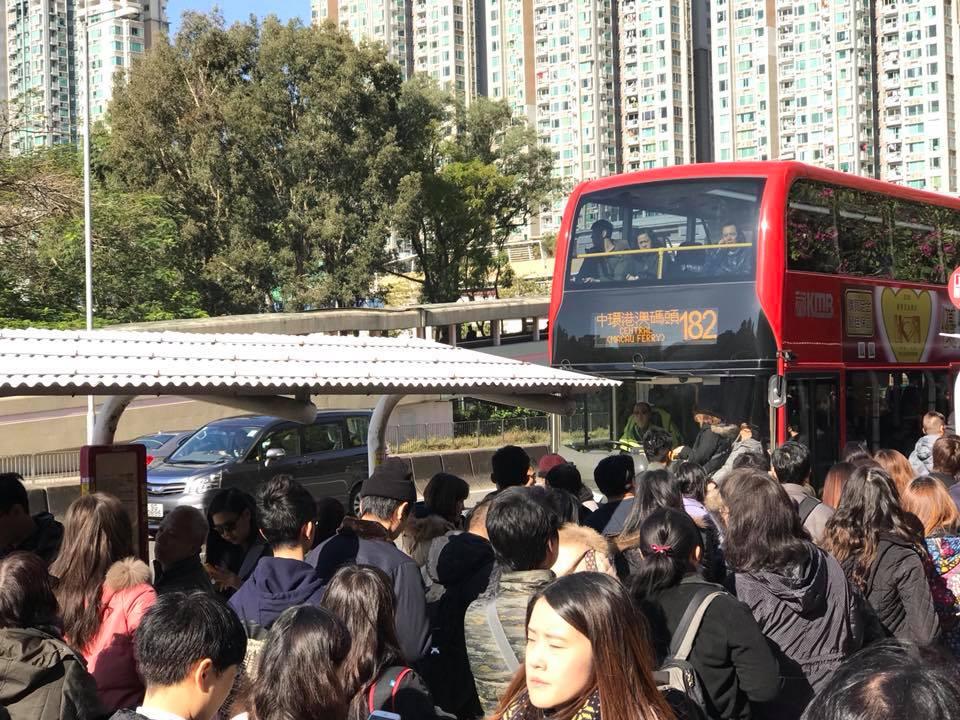 上午10時,大圍站外的新翠邨巴士站,排隊等候巴士的人數眾多。目擊者稱過海巴士人龍打蛇餅,排了4行隊,佔了行人道。(Louie Cheng/香港突發事故報料區)