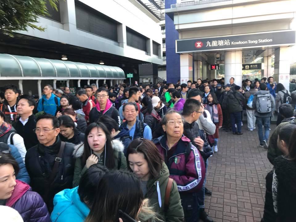 上午10時37分,九龍塘站外排隊等候巴士的人數眾多。目擊者稱九龍塘站混亂,沒有足夠港鐵職員指揮及指示。(Ming Lam/香港突發事故報料區)