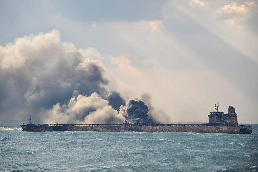 上周,一艘伊朗油輪在中國東海海域和一艘香港船隻相撞後起火。周三(1月10日),這艘油輪開始爆炸。(AFP PHOTO/TRANSPORT MINISTRY OF CHINA-NO MARKETING)