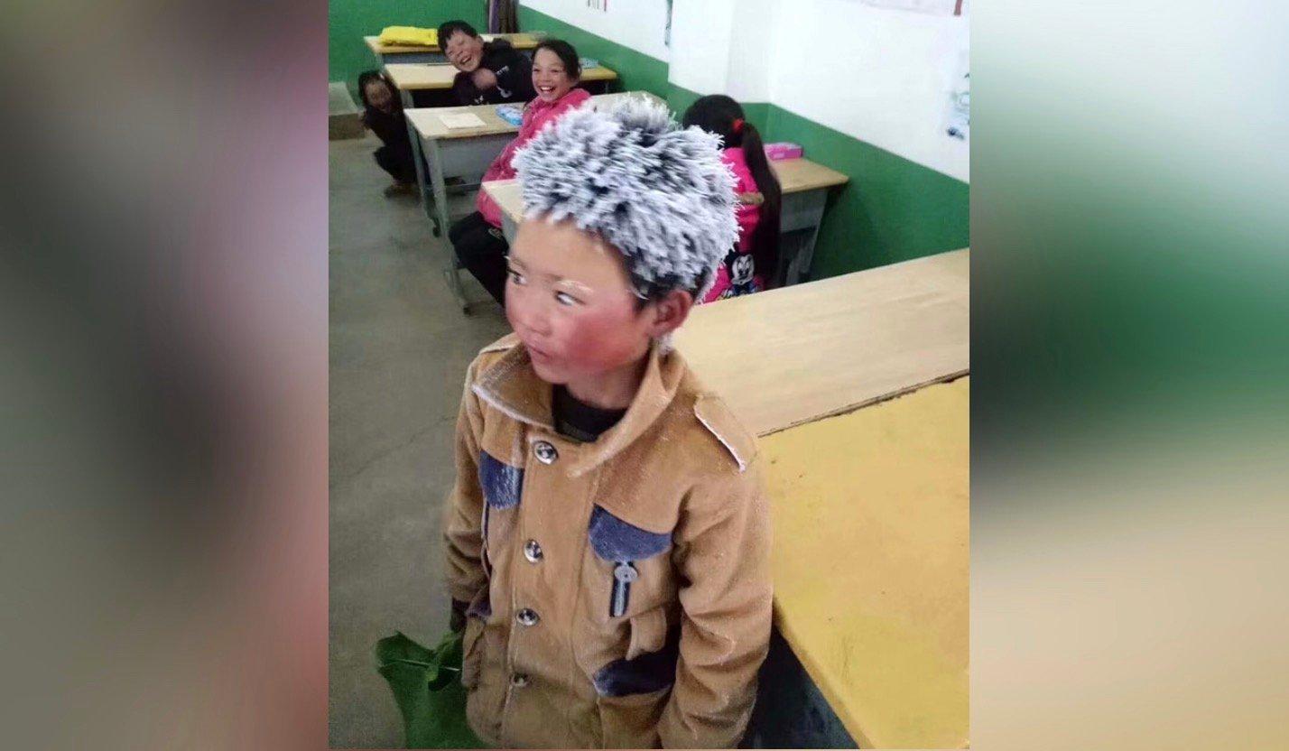 冒著冰霜走路上學的小男孩。(微博圖片)