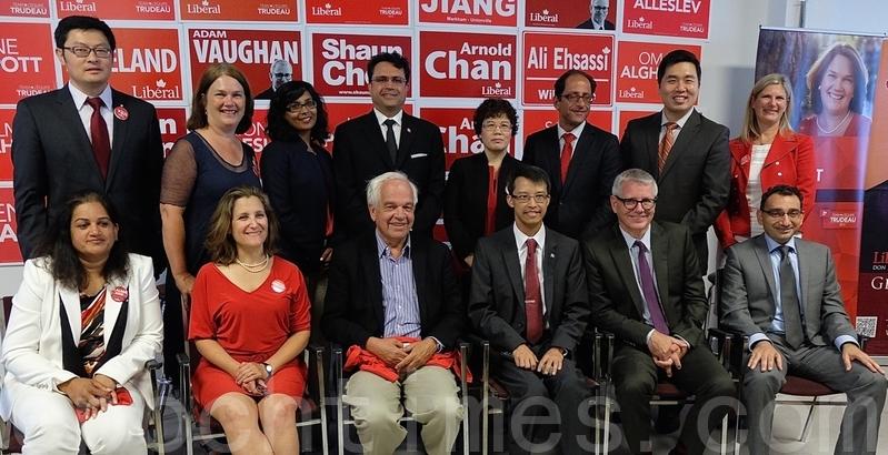 加拿大首位大陸背景的華裔國會議員譚耕(後排左一)被指行為不當。圖為譚耕在多倫多出席一新聞發佈會。(周月諦/大紀元)