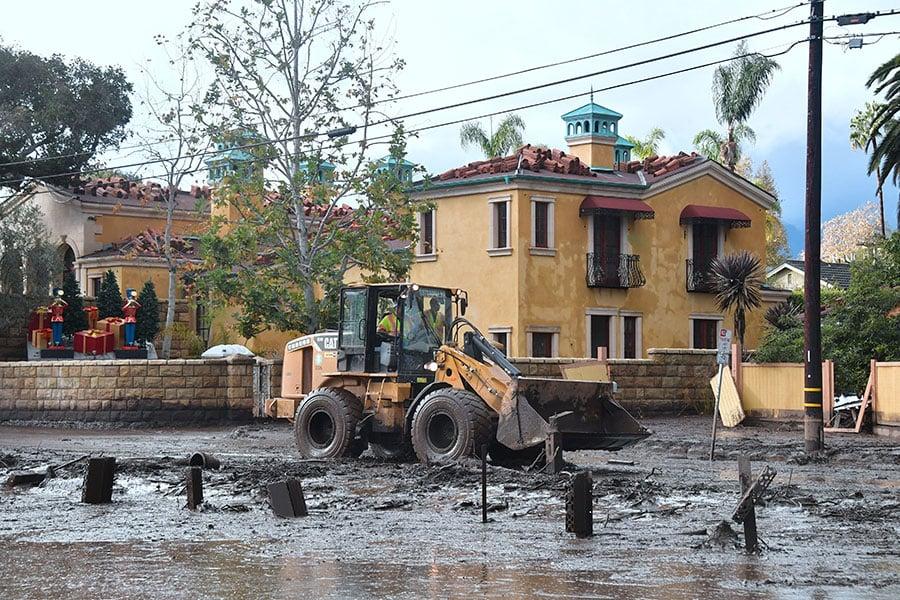 繼山火之後的一場冬季風暴引發泥石流,周三,在加州聖巴巴拉縣造成的死亡人數上升至15人。(FREDERIC J. BROWN/AFP/Getty Images)