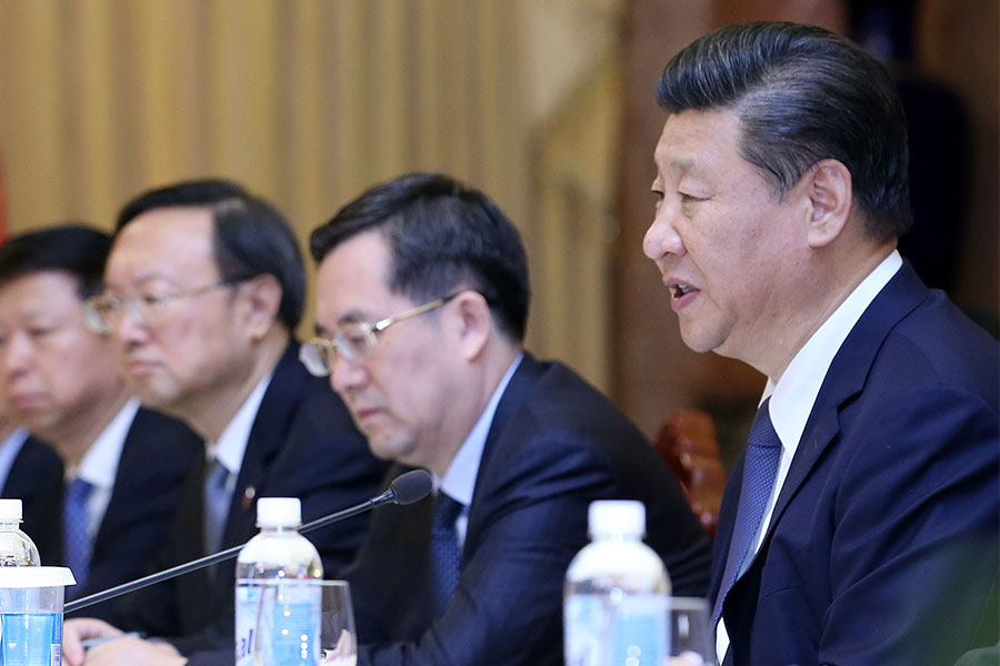 去年10月底,丁薛祥(右二)升任中辦主任後,一直陪同習近平出席外事活動。(LUONG THAI LINH/AFP/Getty Images)