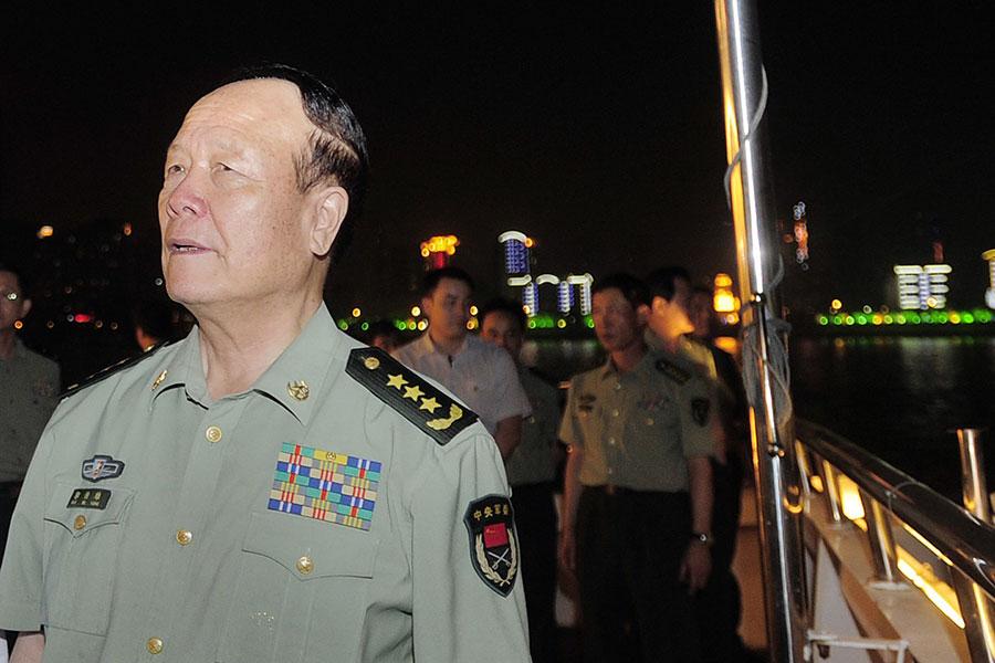 官媒披露,郭伯雄(圖前一)之子郭正鋼曾向虞海燕說:儘管幹「儘管幹,咱們有槍有權」。(STR/AFP/Getty Images)
