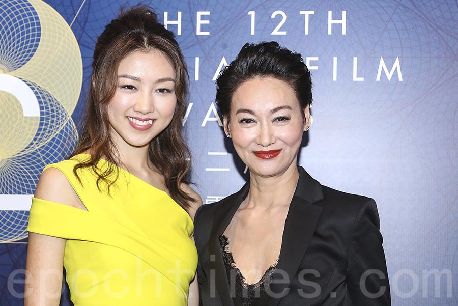 顏卓靈(左)是今年的大使,與大贏家惠英紅合照。(余鋼/大紀元)