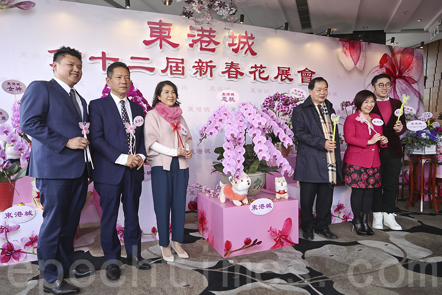 狗年將至,東港城將於新年期間舉辦全港最大室內年宵市場及新春花展會。(余鋼/大紀元)