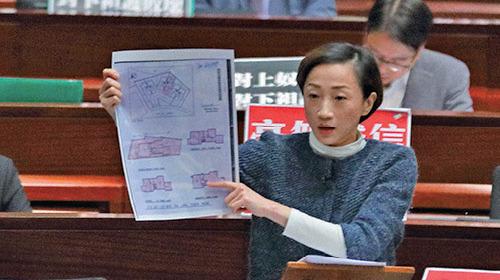 公民黨陳淑莊展示鄭若驊簽署過的按揭文件及樓契,列明只有地下、一樓、二樓及天台,沒有地庫。(李逸/大紀元)