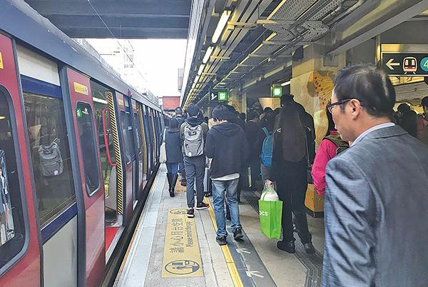 東鐵綫昨日上午9時許發生訊號故障,全綫列車服務暫停。到9時35分左右,有乘客離開車廂,亦有乘客繼續待在月台上等候列車。(林怡/大紀元)