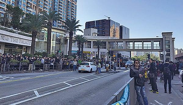 事故期間車站附近的巴士站、的士站及行人路擠滿人。(林怡/大紀元)