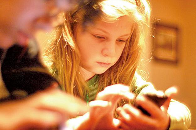 健康專家們幾乎異口同聲地告誡:把花在手機上的時間換成更加健康的活動。(tinkerbrad/Flickr, CC)