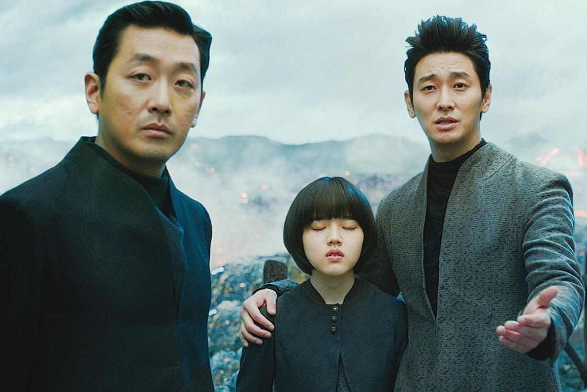 影片用諷刺幽默的台詞和對話,帶觀眾審視自身的同時,亦審視社會的現狀。如由朱智勳(右一)飾演的「解怨脈」說:「希望自己未來投胎轉世後,能成為500強企業CEO的兒子。因為在韓國,一定要有錢,窮人的人生和地獄一樣。」