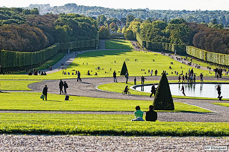 蘇鎮城堡的草地面積廣闊。(大紀元資料圖片)