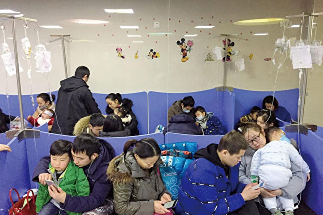 連日來武漢地區的兒科門診、病房爆滿,同濟醫院兒科最高峰時,有1200多個孩子掛號,湖北省婦幼保健院、武漢市兒童醫院連續數天兒科門診量超過1000。(大紀元資料室)