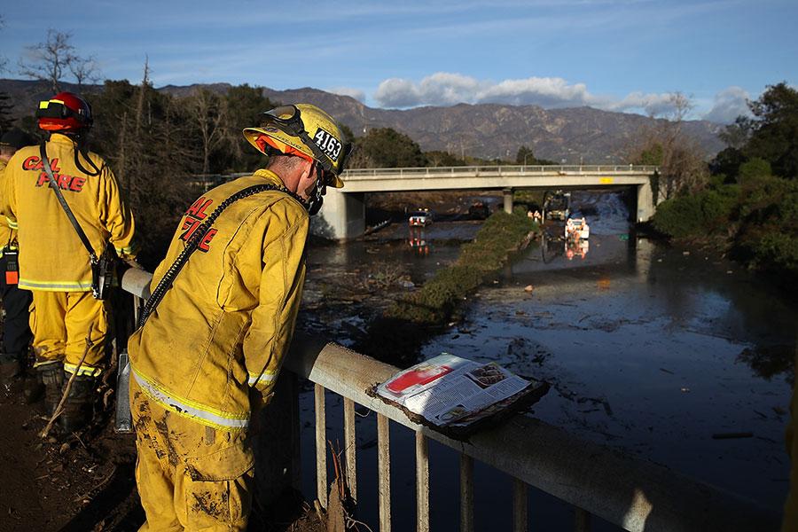 發生在美國加州蒙特西托(Montecito)的泥石流,已造成17人死亡。有倖存者表示,泥漿瞬間而至。(Justin Sullivan/Getty Images)