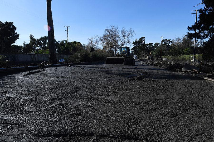 發生在美國加州蒙特西托(Montecito)的泥石流,已造成17人死亡。有倖存者表示,泥漿瞬間而至。(ROBYN BECK/AFP/Getty Images)
