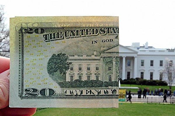中共外匯管理局回應媒體報道考慮減緩或暫停增持美債,指「可能是假新聞」。外界分析,中共若真減持美債反過來會讓自己更受傷。(KAREN BLEIER/AFP/Getty Images)