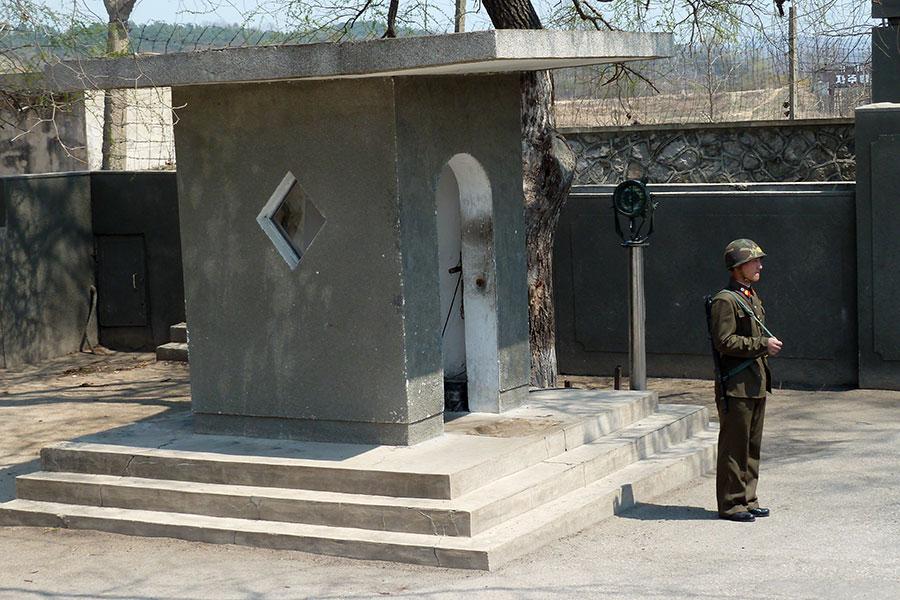 俄羅斯學者沃龍佐夫(Alexander Vorontsov)表示,北韓相信美軍會攻打,所以他們的士兵晚上睡覺都不脫鞋子,以便隨時應戰。圖為非軍事區一名站哨的北韓士兵。(AFP)