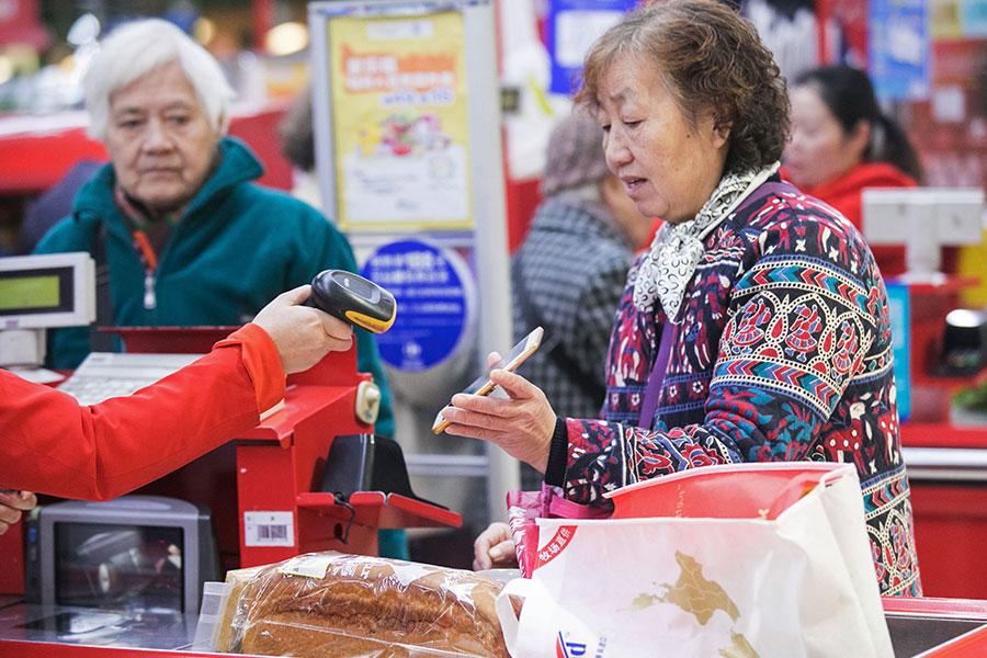 中華大學行政管理學系副教授曾建元指出,大陸人民使用電子支付看起來很便利,卻忘了早已活在監控當中,得付出更大代價。(AFP/Getty Images)
