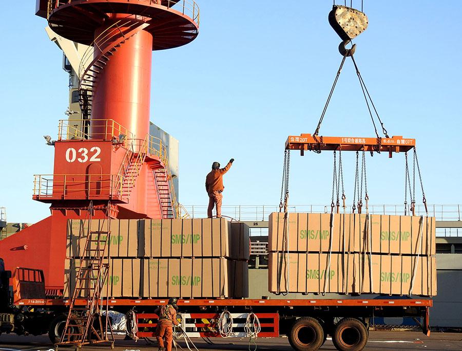 特朗普政府4月3日公佈對中國大約1300種產品徵收25%關稅的詳細清單,以應對中共涉嫌盜竊美國智慧財產權行為。圖為中國江蘇省連雲港港口。(STR/AFP/Getty Images)