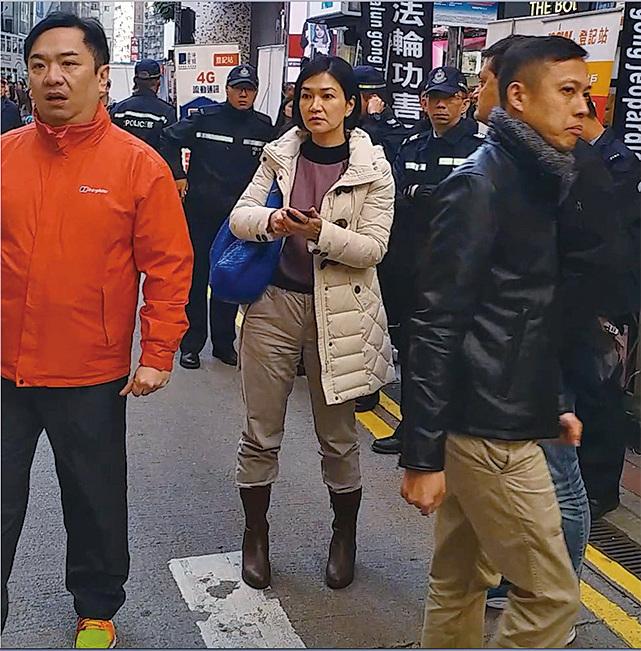 警方灣仔分區指揮官郭美森(中)星期六在場指揮警 員驅趕學員。( 大紀元 )