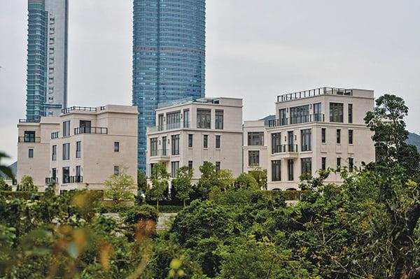 九倉及南豐合作發展的山頂聶歌信山道MOUNT NICHOLSON,重奪亞洲分層住宅最貴呎價地位,平均呎價13.21萬元,價錢高達11.65億元。(宋碧龍/大紀元)