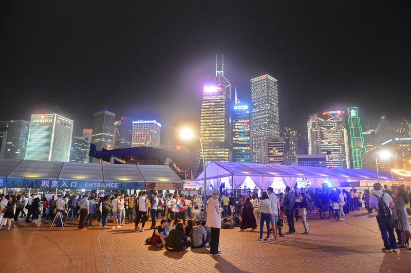 天王黎明的演唱會終於可以開唱,大會其後又宣布演唱會順延開騷,希望大家體諒,大批歌迷在門外等候入場,至29日晚上約9時43分,演唱會終於開唱。(宋祥龍/大紀元)