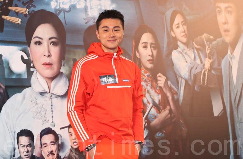 黃浩然飾演男主角,夾在老婆與家中的四個媽中間。(余鋼/大紀元)
