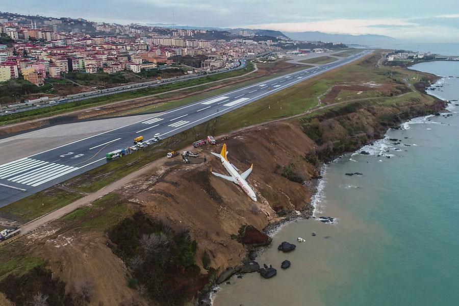 周六(1月13日),一架客機在土耳其北部一家沿海機場滑出跑道,從距離黑海幾英尺遠的懸崖邊滑落,倒栽蔥掛在懸崖邊。(AFP PHOTO / IHLAS NEWS AGENCY / STRINGER / Turkey OUT)
