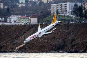 168人命懸一線 土耳其客機滑落崖邊險墜海