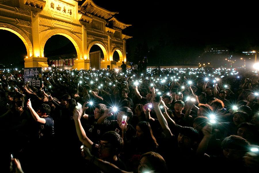 圖為2014年台灣民眾在自由廣場支持香港民主運動。(Ashley Pon/Getty Images)