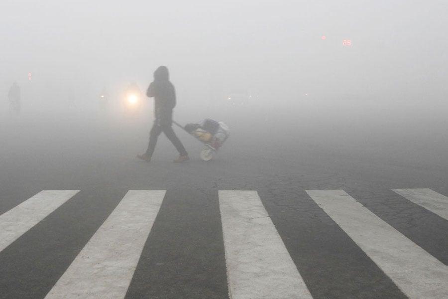 近日,江西、河南兩地被曝空氣質量造假,用霧炮車水霧直接噴淋空氣監測採樣口。(AFP/Getty Images)