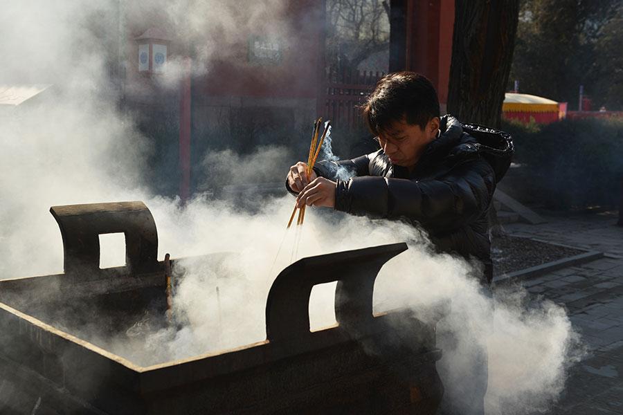 中國群眾裏有信仰復甦的跡象,中共裏面也有很多人信神佛,數量也越來越多,當然其中有假信也有真信。(GREG BAKER/AFP/Getty Images)
