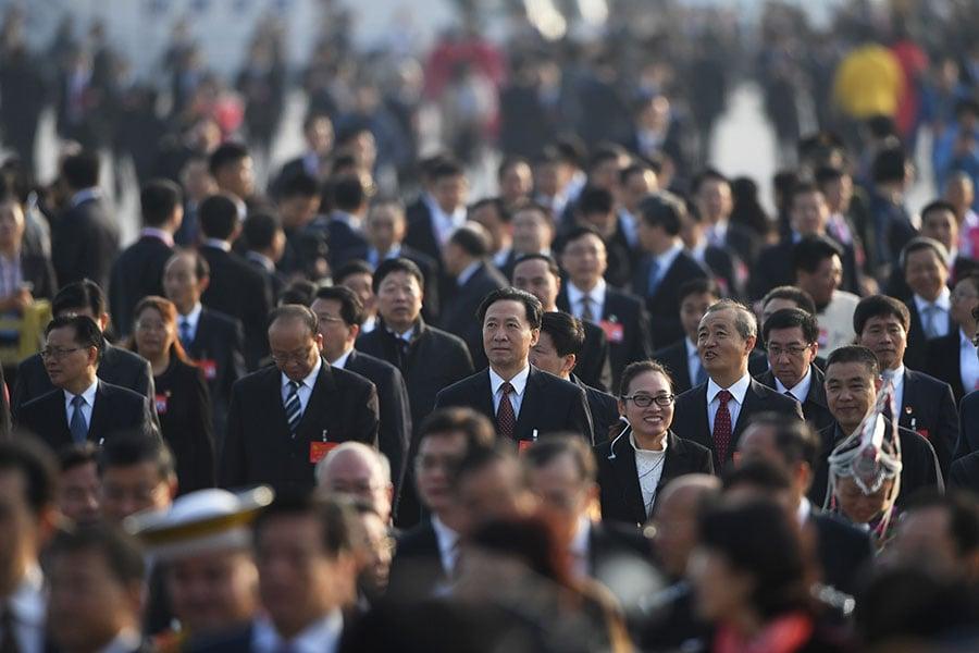 中共以無神論洗腦大部份中國人,用金錢、物質、貪腐等綑綁他們,讓中國人變成「披著人皮的獸」。圖為中共領導階層官員。(GREG BAKER/AFP/Getty Images)