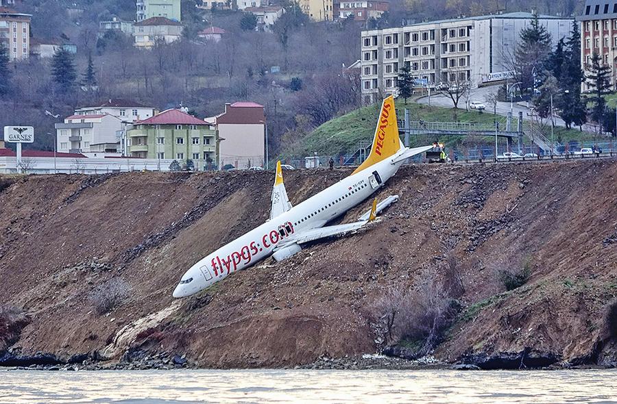 168人命懸一線 土耳其客機掛懸崖邊
