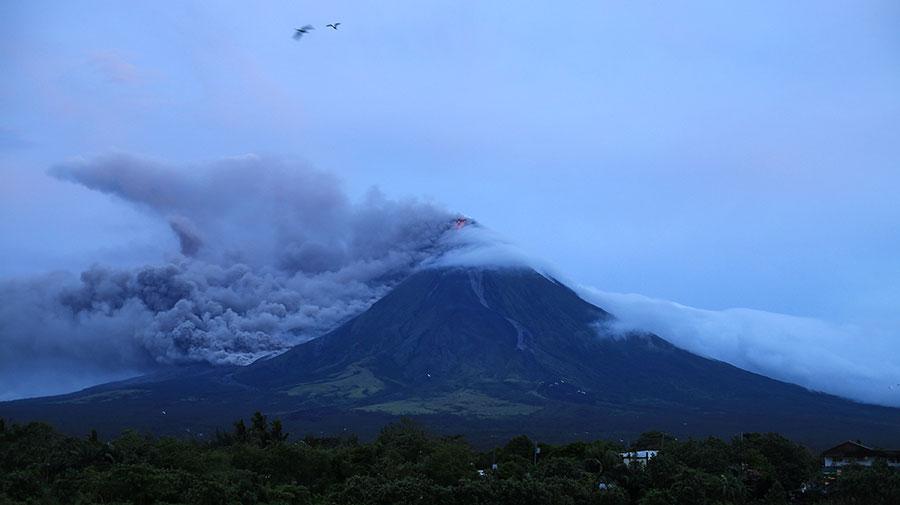 菲律賓火山地震研究所把馬榮火山警戒等級調升至第三級,這意味著「危險爆發可能性增加」。圖為馬榮火山1月15日噴發的情景。(CHARISM SAYAT/AFP/Getty Images)