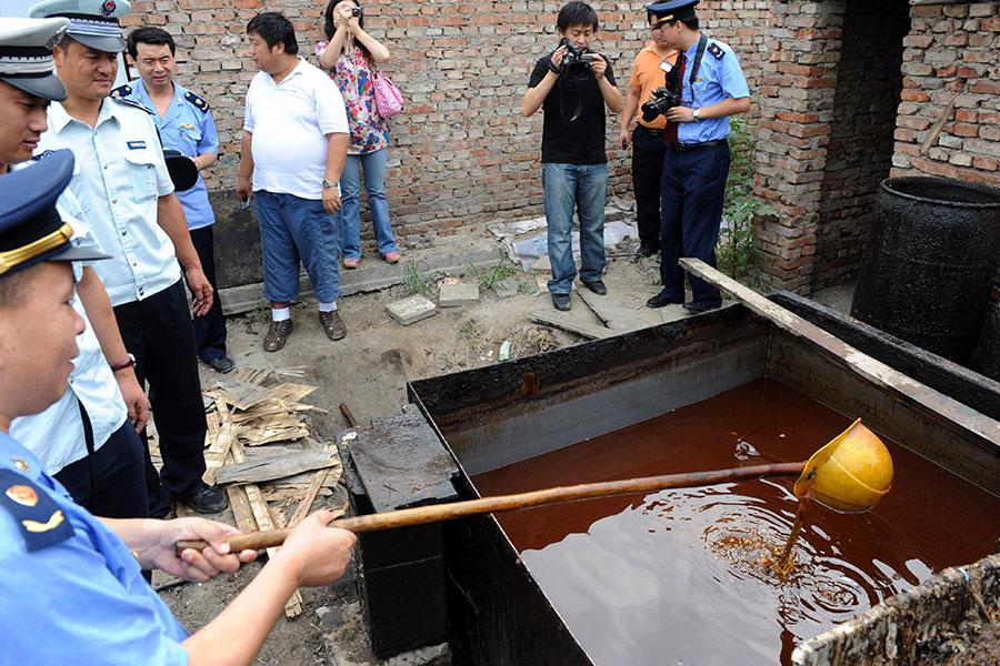 中國改革開放後,導致中國人從上到下只信「錢」。這樣的觀念,讓黑心食品橫行,例如地溝油就是很典型的例子。(STR/AFP/Getty Images)