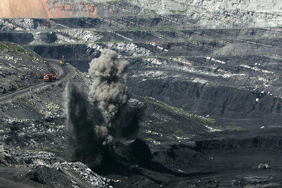 中國財富集中在地產、金融、股票、礦產等,但中共政府所到之處就是掠奪資源。圖為被過度開發的中國煤礦場。(China Photos/Getty Images)