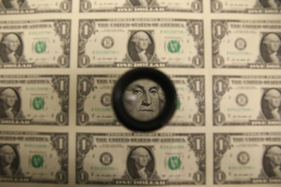 日前一條消息披露,中國將考慮放緩或暫停增持美國國債,隨即美元、美債遭到劇烈拋售。中共回應外界稱該消息可能是假消息。專家指出,中共用拋售美國國債的方式來損害美國,只能是搬起石頭砸自己的腳。(Mark Wilson/Getty Images)